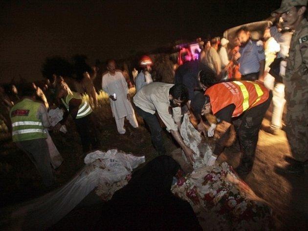 Nejméně 121 lidí dnes zahynulo při pádu letadla krátce před přistáním u pákistánské metropole Islámábádu.