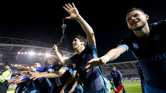Hráči Sheffield Wednesday slaví s fanoušky postup přes Brighton. Vpravo je Daniel Pudil.