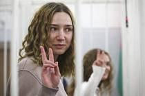 Běloruské novinářky (zprava) Kacjaryna Andrejevová a Darja Čulcovová u soudu v Minsku