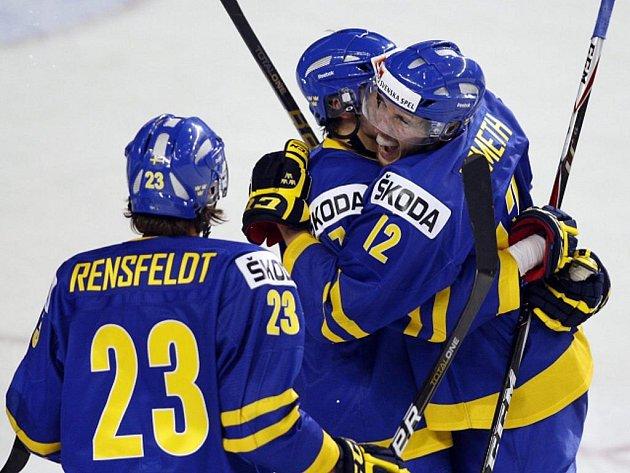 Švédští hokejisté do dvaceti let Patrik Nemeth (vpravo), Fredrik Claesson (uprostřed) a Ludvig Rensfeldt se radují z gólu proti Rusku.
