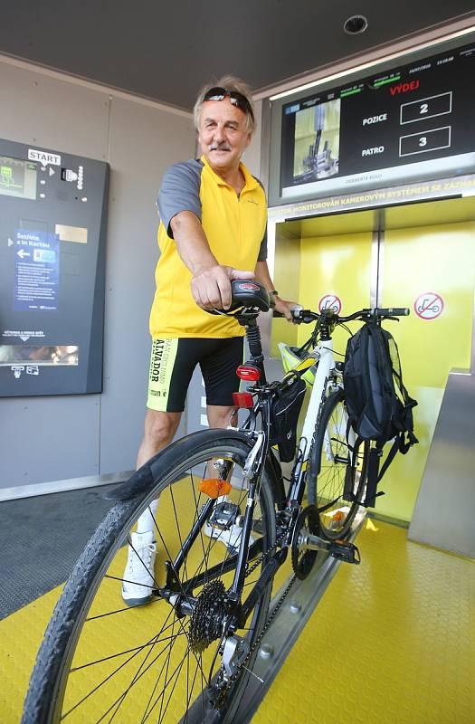 V Litoměřicích otevřeli slavnostně  v úterý první cyklověž na severu Čech. Cyklisté si zde můžou bezpečně zaparkovat za minimální obnos své kolo a vyrazit pěšky po Litoměřicích.