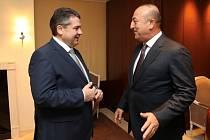 Šéf německé diplomacie Sigmar Gabriel (vlevo) a turecký ministr zahraničí Mevlüt Çavuşoglu.