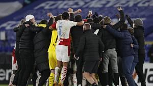 Leicester - Slavia: oslava po zápase - na mobilu byl živě Tomáš Souček