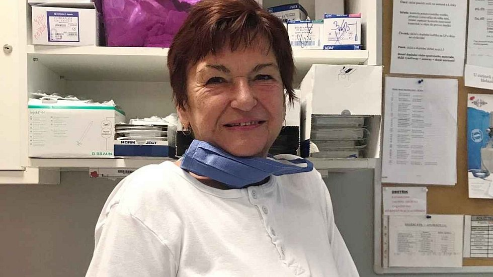 Nezištnou pomoc za cenu vlastního rizika letos nabídly kvůli koronaviru zdravotníkům i sociálním službám tisíce Čechů.
