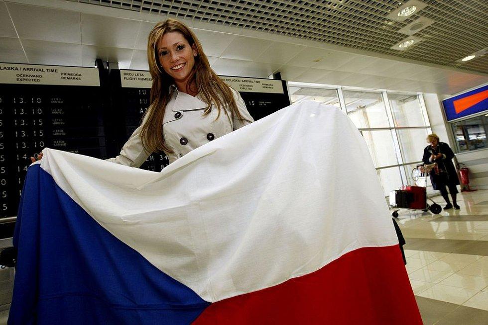 Tereza Kerndlová krátce po příletu zapózovala s českou vlajkou.