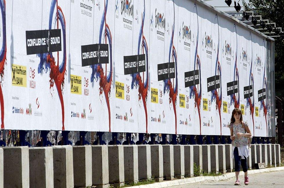 Holčička prochází kolem plakátů pěvecké soutěže Eurovision Song Contest nedaleko bělehradské Arény, kde za necelý týden proběhne finále.
