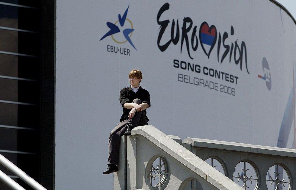 Muž sedí na ochozu bělehradské Arény, kde za necelý týden proběhne finále pěvecké soutěže Eurovision Song Contest.