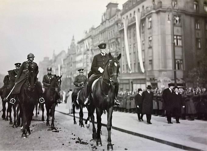 Generál Josef Bílý (vlevo) a TGM. Václavské náměstí v místě vyústění Opletalovy ulice. 28.10. 1933.