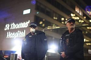 Policejní hlídka před londýnskou nemocnicí Nemocnice St. Thomas Hospital, kde se s koronavirem léčí britský premiér Boris Johnson, 6. dubna 2020