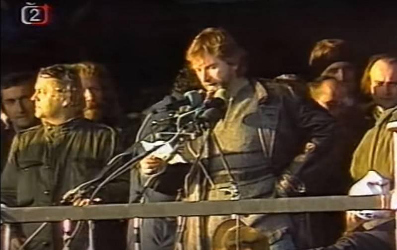 Ke statisícům demonstrantů promluvil také herec Vladimír Kratina
