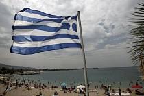 Řecká vlajka poblíž pláže v Aténách
