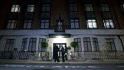 Před vchodem do londýnské nemocnice krále Edvarda VII. se shromažďují novináři