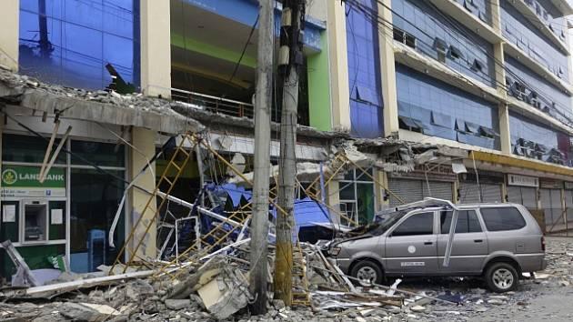 Při pátečním silném zemětřesení na Filipínách zemřelo minimálně šest lidí, více než 120 osob utrpělo zranění.