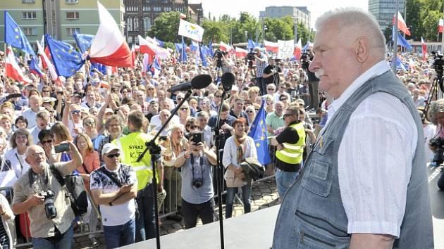 Lech Walesa na demonstraci proti polské soudní reformě