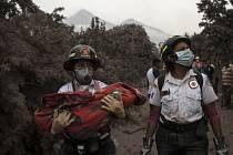 Guatemalská sopka Fuego začala opět chrlit lávu.