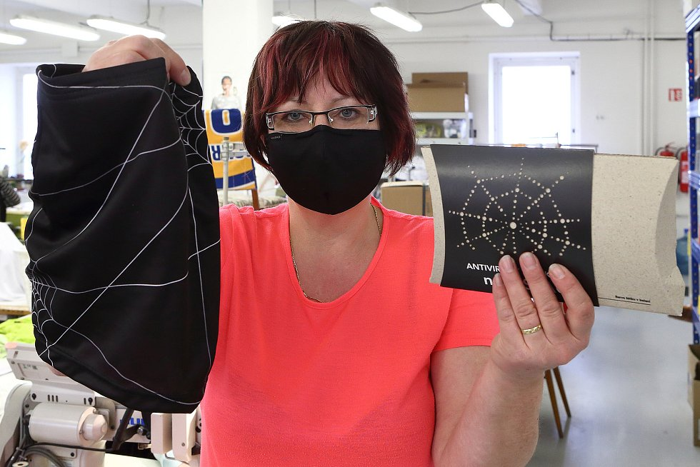 Antivirový šátek s nanovlákennou membránou.