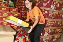 DÁTE SI? V novém distribučním centru pracuje s chipsy Magda Valisková.