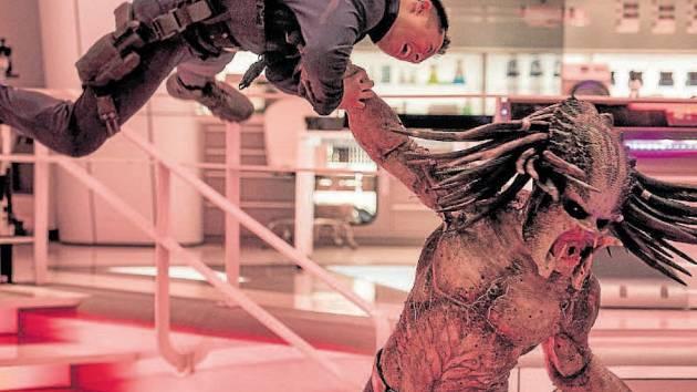 KDO JE TADY SILNĚJŠÍ? Na planetu Zemi dorazil nový prototyp predátora. S jejími obyvateli se nijak zvlášť nemazlí.