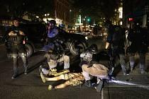 Policisté ošetřují muže postřeleného během potyček demonstrantů v americkém Portlandu, 29. srpna 2020