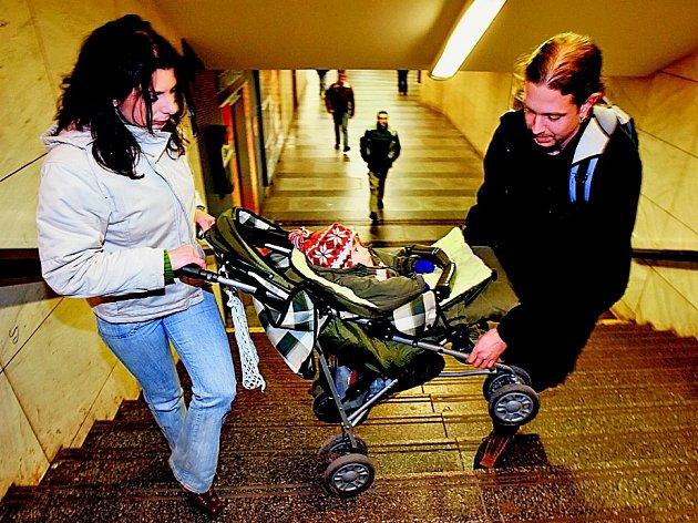 Nepříjemné situace pro pohyb s kočárkem číhají ve městě na mnoha místech.