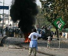 """Pákistán se opět ocitl na pokraji chaosu. Policie v Láhauru na severovýchodě země rozehnala stoupence expremiéra Naváze Šarífa, rozezlené údajným pokusem vlády uvalit na něj domácí """"ochrannou"""" vazbu. Po celé zemi zuří násilnosti."""