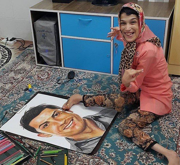 Handicapovaná Fatemeh maluje nohama portrét fotbalisty Cristiana Ronalda.