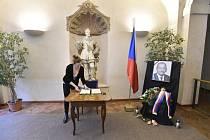 Pietní místo s kondolenční knihou v budově Senátu v Praze 20. ledna 2020 na památku předsedy Senátu Jaroslava Kubery, který zemřel náhle ve věku 72 let.