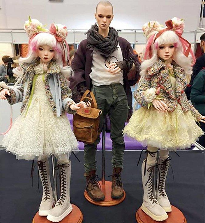 Panenky jsou jasně ovlivněné kulturou manga aanime, což je vidět narysech obličeje inaoblečení.
