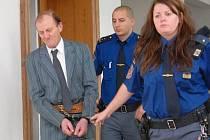 Důchodce Otakar Toman se zpovídá před soudem z vraždy vlastní matky