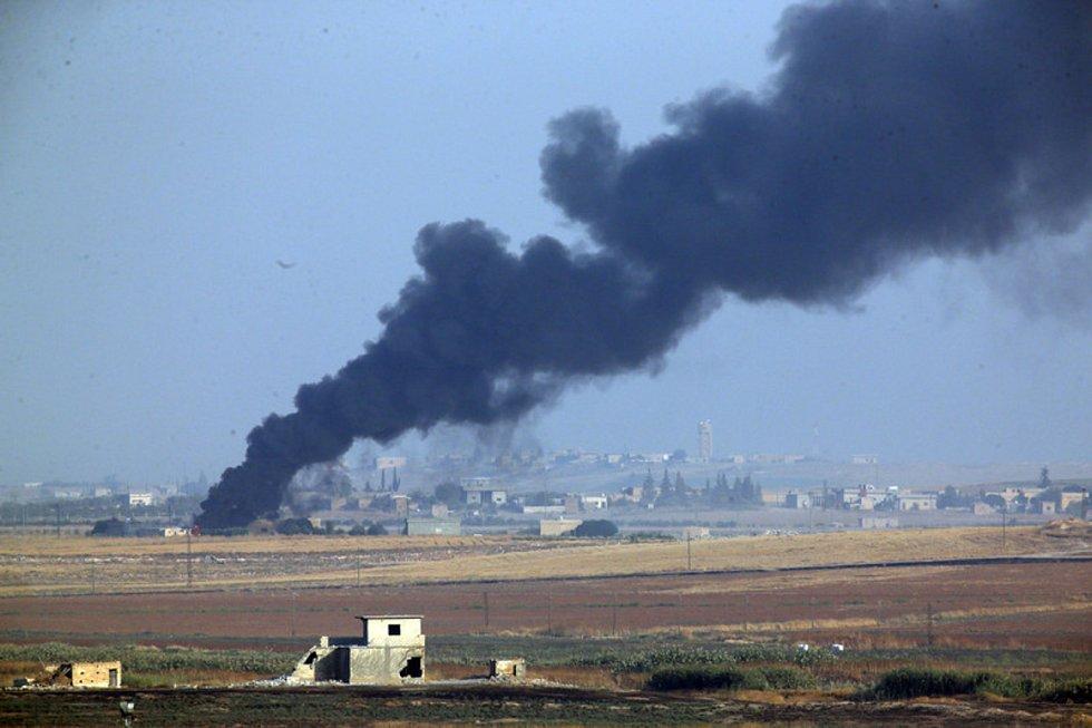 Kouř stoupá ze syrského území po podzimním tureckém útoku