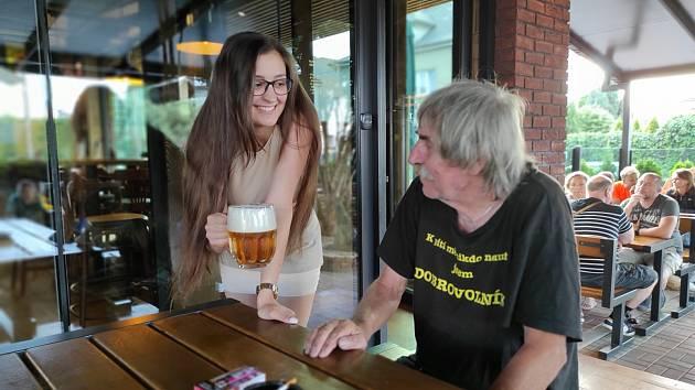 V hospodě U Báby v Hradci je většinou na placu mladá servírka Martina Čálková. A i když má stále úsměv na tváři, v očích ji je vidět únava.