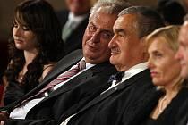 Na snímku v obecenstvu bývalý premier a bývalý předseda ČSSD Miloš Zeman se současným předsedou strany TOP 09 knížetem Karlem Schwarzenbergem.