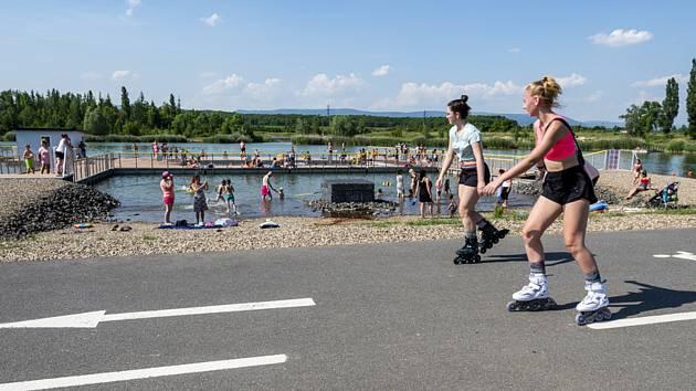 Lidé u jezera Matylda v Mostě