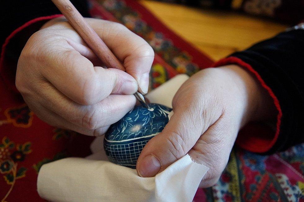 Škrabání kraslic před Velikonocemi. Ve Vacenovicích na Hodonínsku se tradici učí i nová generace. Používají se tmavé barvy.