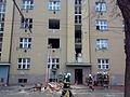 Značně poškozený dům, jedna mrtvá žena a šest zraněných, z toho jeden člověk těžce. Takový je výsledek nedělního ranního výbuchu v pětipodlažním bytovém domě ve Střelecké ulici v centru Hradce Králové. Hmotné škody na objektu zatím nelze odhadnout, půjdou