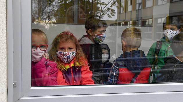 Žáci s nasazenými rouškami v základní škole Juventa v Milovicích na Nymbursku (na snímku z 1. září 2020)