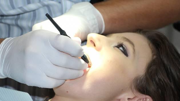 Úlevu pro pacienty s akutním zubním kazem může přinést enzymatický gel Brix3000®, s jehož pomocí lze odstranit zubní kaz bezbolestně a během několika minut.