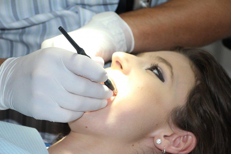 Zubaři dnes dokáží skoro zázraky. Ovšem ta cena. Vědci v Japonsku nyní všem, kteří mají nenávratně poškozené zuby, poskytli naději.
