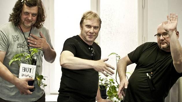 BUTY. Zleva: Richard Kroczek, Milan Nytra a Radek Pastrňák pózují, aby foto na chodbě Supraphonu nebylo tak fádní…