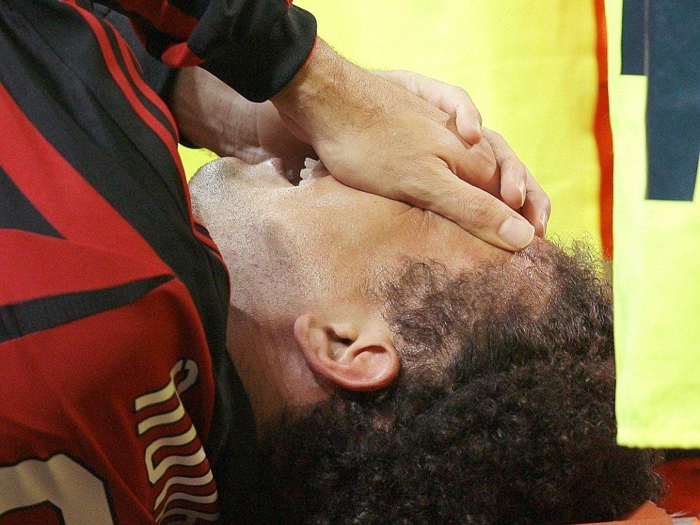Útočník AC Milán Ronaldo krátce poté, co si vážné poranil kolenní vazy v zápase s Livornem.