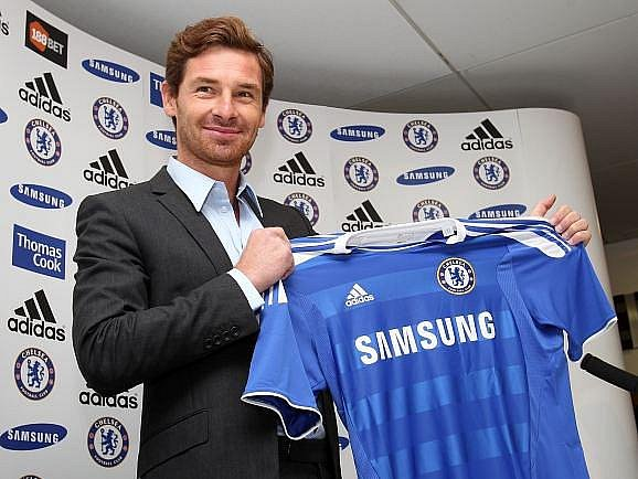 Andre Villas-Boas pózuje s dresem Chelsea.