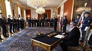 Prezident Miloš Zeman jmenoval 13. prosince 2017 v Praze vládu premiéra Andreje Babiše (ANO). Na snímku ministr dopravy Dan Ťok (vpravo) podepisuje jmenovací dekret.