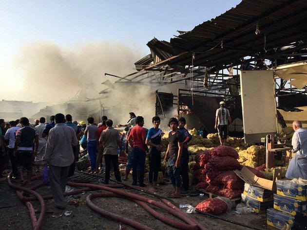 Při výbuchu nákladního automobilu plného výbušnin dnes v Bagdádu zahynulo nejméně 76 lidí a dalších přes 200 utrpělo zranění.
