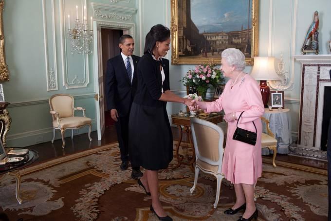 """Alžběta je nejdéle vládnoucím panovníkem Velké Británie všech dob. Doba její vlády, která čítá již 65 let, """"porazila"""" v roce 2015 i slavnou královnu Victorii. Za svůj život mimochodem viděla 21 britských premiérů i 16 amerických prezidentů."""