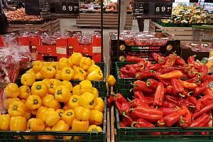 Nabídka ovoce a zeleniny v supermarketu