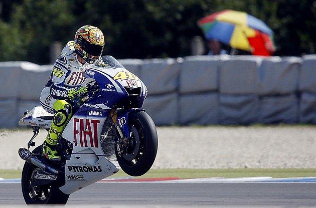 Valentino Rossi na Yamaze slaví vítězství ve třídě MotoGP v Brně.