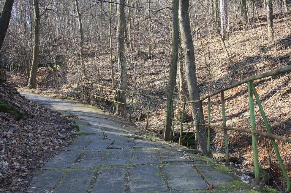 Některé chodníky v Teplicích nad Bečvou jsou pastí na nepozorné poutníky.
