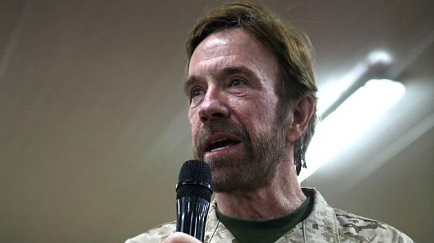 Chuck Norris je mezi vojáky oblíbený.