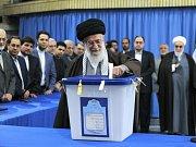 Ajatolláh Chomejní u volební urny.