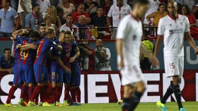 Radost hráčů Barcelony po prvním gólu Suareze.